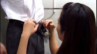 คลิปโป๊นักเรียนชาย วัยกำลังเงี่ยนแอบมาเล่นเสียวกับครูสาวในห้องน้ำจัดหนัก
